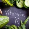 Auf einer Tafel steht Vitamin K, rundherum ist Gemüse