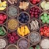 Kleine Schalen mit vitaminhaltigem Essen