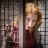 Eine Frau verlässt ihren Käfig