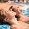Ein Paar genießt Wellness zu zweit