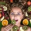 Eine Frau isst Lebensmittel für schöne Haut
