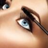 Ein Auge, Wimperntusche wird gerade aufgetragen