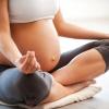 Eine schwangere Frau macht Yoga für Schwangere