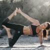 Eine Frau macht eine Yogaübung
