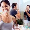Eine Frau putzt ihre Zähne und sollte die Zahnbürste danach wechseln