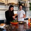 Eine Frau und ein Mann nutzen Zuckerersatz zum Kochen