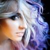 Eine Frau hat rosa Haare mit blauen und lila Strähnen